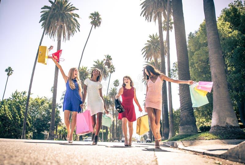 Kvinnor som gör shopping i Beverly Hills royaltyfri foto