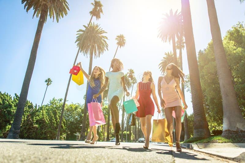 Kvinnor som gör shopping i Beverly Hills arkivfoton