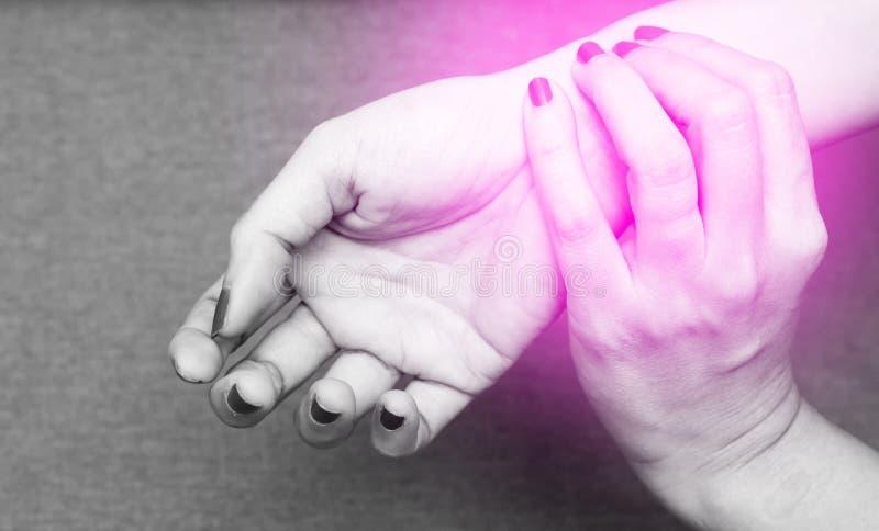 Kvinnor som håller handleden Suffering från Carpal tunnelsyndrom eller som kontrollerar pulsen Svart och vit ton med res spot-on- royaltyfri foto