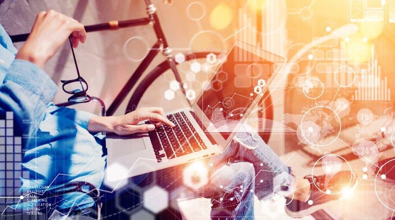Kvinnor som handlar chefMaking Great Business online-lösningen Företags arbete för socialt beslut för marknadsföring yrkesmässigt royaltyfria bilder
