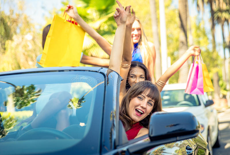 Kvinnor som har gyckel, medan köra i Beverly Hills royaltyfri bild
