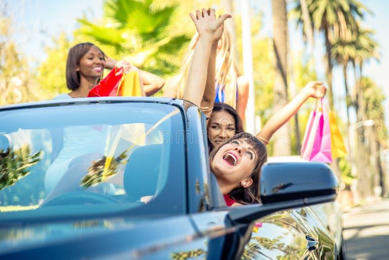Kvinnor som har gyckel, medan köra i Beverly Hills arkivbilder