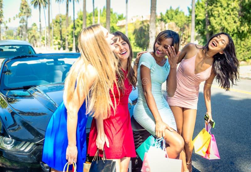 Kvinnor som har gyckel, medan köra i Beverly Hills royaltyfri fotografi