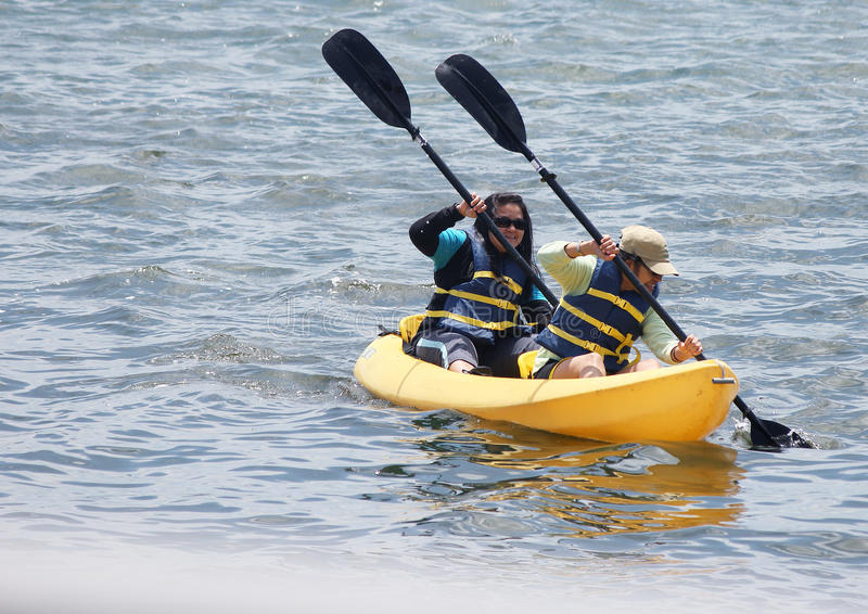 Kvinnor som Kayaking arkivfoton