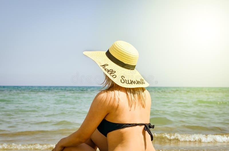 Kvinnor som kopplar av p? stranden royaltyfri foto