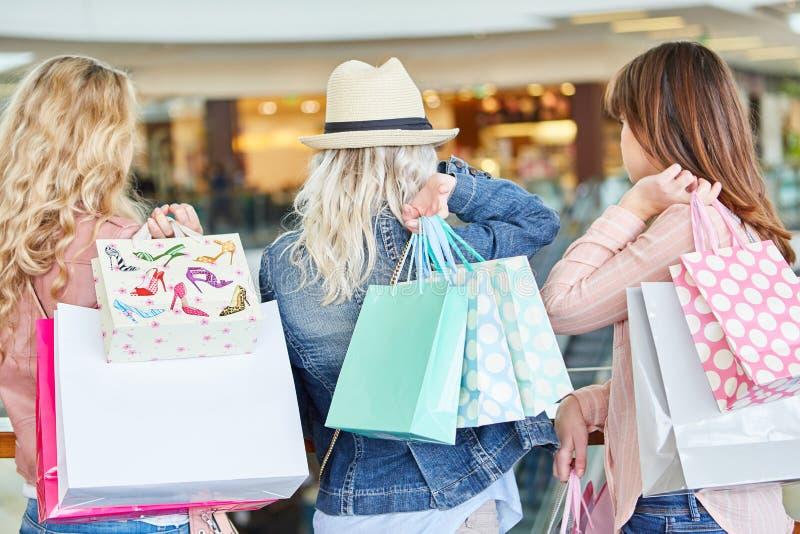 Kvinnor som kunder och konsumenter royaltyfria foton