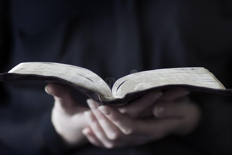 Kvinnor som läser bibeln royaltyfria foton