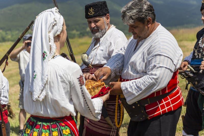 Kvinnor som möter män med bröd och att salta royaltyfria foton