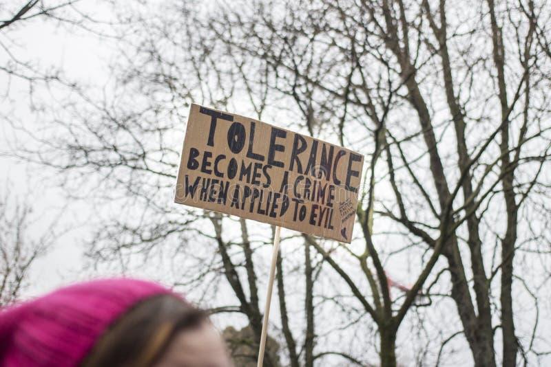 Kvinnor som marscherar för tolerans royaltyfria foton