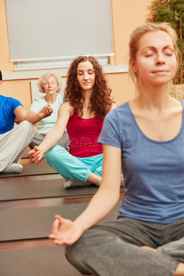Kvinnor som mediterar i yogagrupp royaltyfri bild