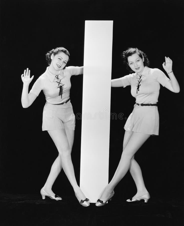 Kvinnor som poserar med stor bokstav I (alla visade personer inte är längre uppehälle, och inget gods finns Leverantörgarantier s arkivbilder