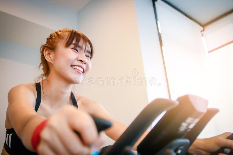 Kvinnor som rider motionscykeler i kondition arkivfoton