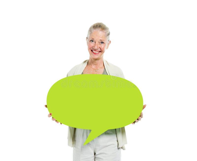 Kvinnor som rymmer den gröna pratstundbubblan royaltyfria foton