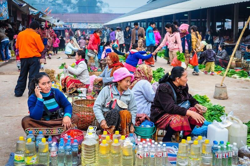 Kvinnor som säljer grönsaker i marknaden, Muang allsång, Laos royaltyfri fotografi