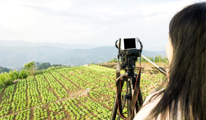 Kvinnor som skjuter fotoet eller videoen av landskaphimmel- och bergnatuen arkivbilder