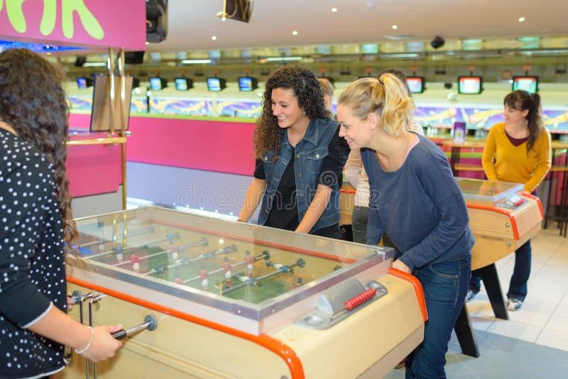 Kvinnor som spelar tabellfotboll royaltyfria foton