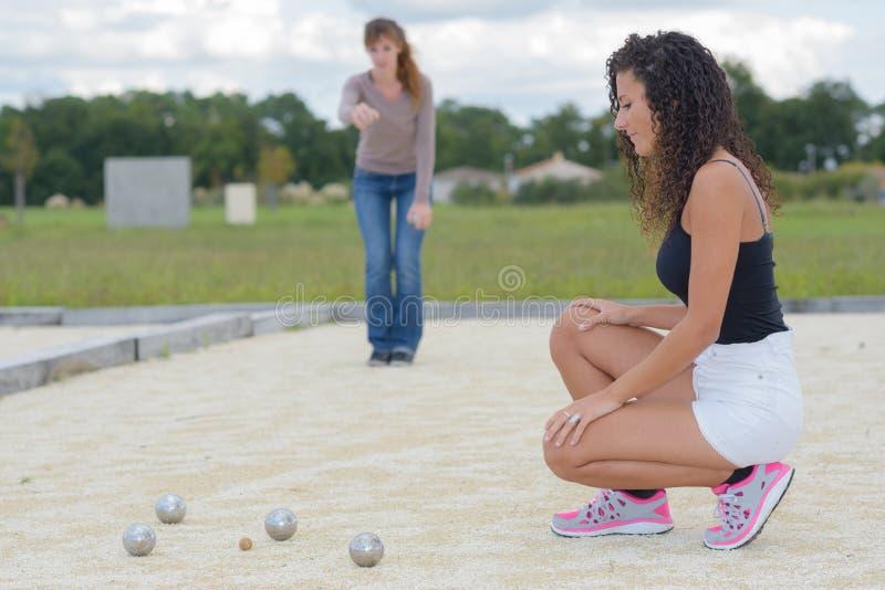 Kvinnor som spelar utomhus- boules fotografering för bildbyråer