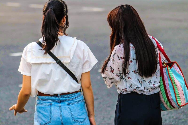 Kvinnor som står på en gataövergångsställe i Japan arkivbild