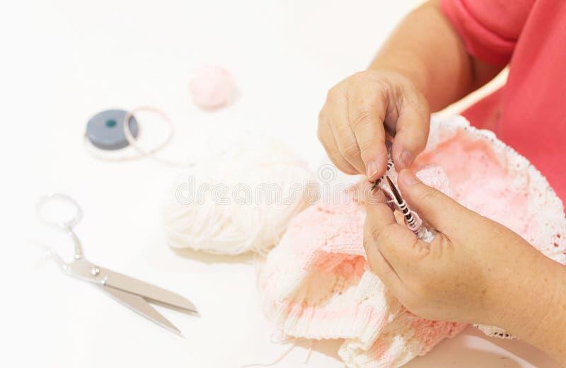 Kvinnor som sticker en halsduk Handgjord ull för bästa sikt med handarbeteequ royaltyfri fotografi