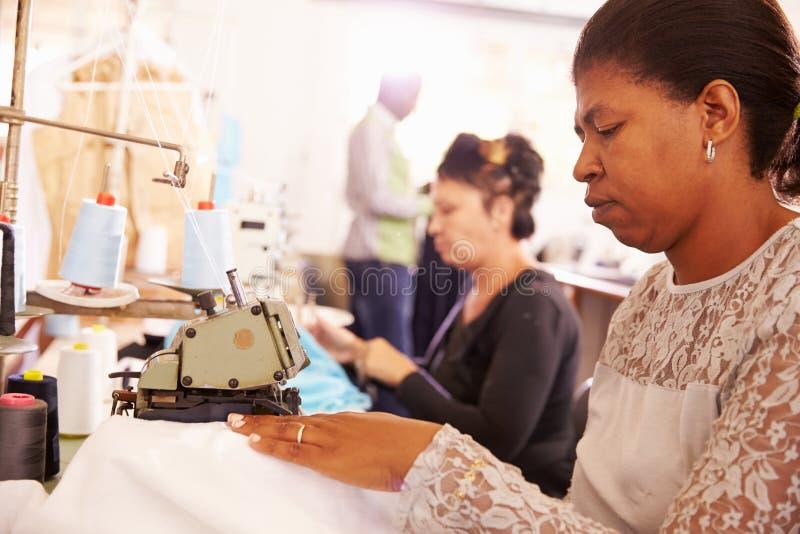 Kvinnor som syr på ett gemenskapprojektseminarium, Sydafrika fotografering för bildbyråer