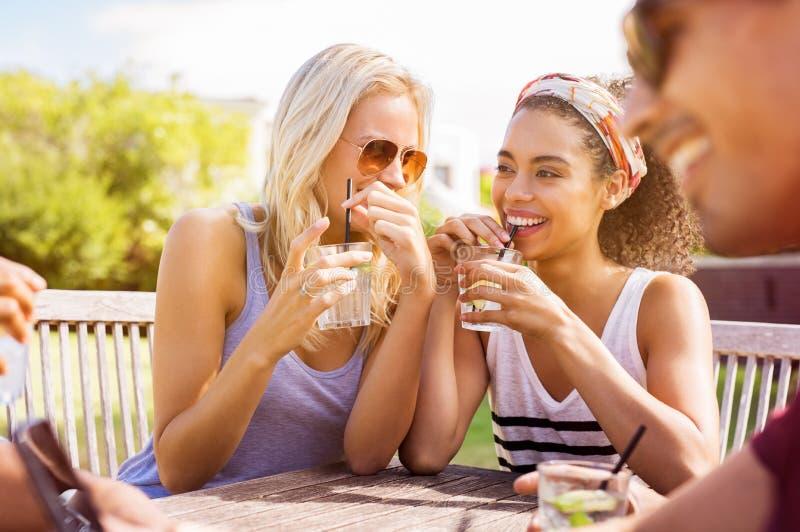 Kvinnor som talar och dricker arkivfoton
