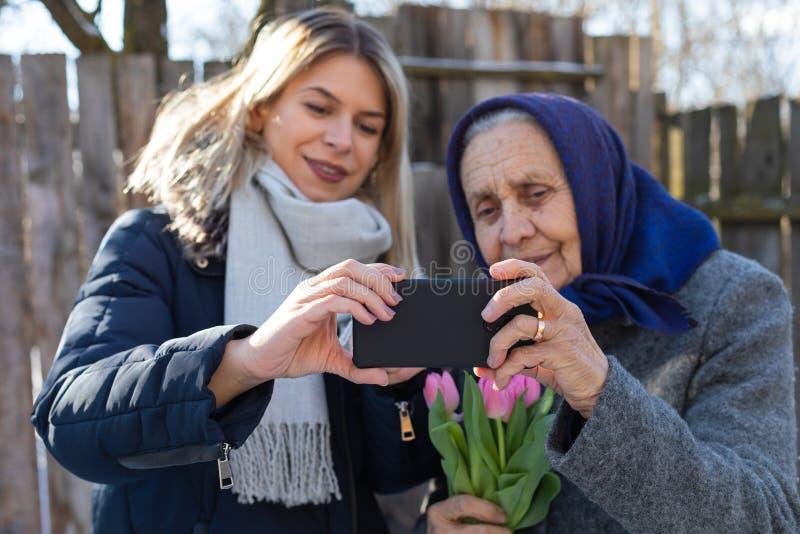 Kvinnor som tar en utomhus- selfie arkivbilder