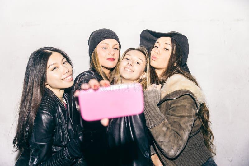 Kvinnor som tar selfie arkivbild