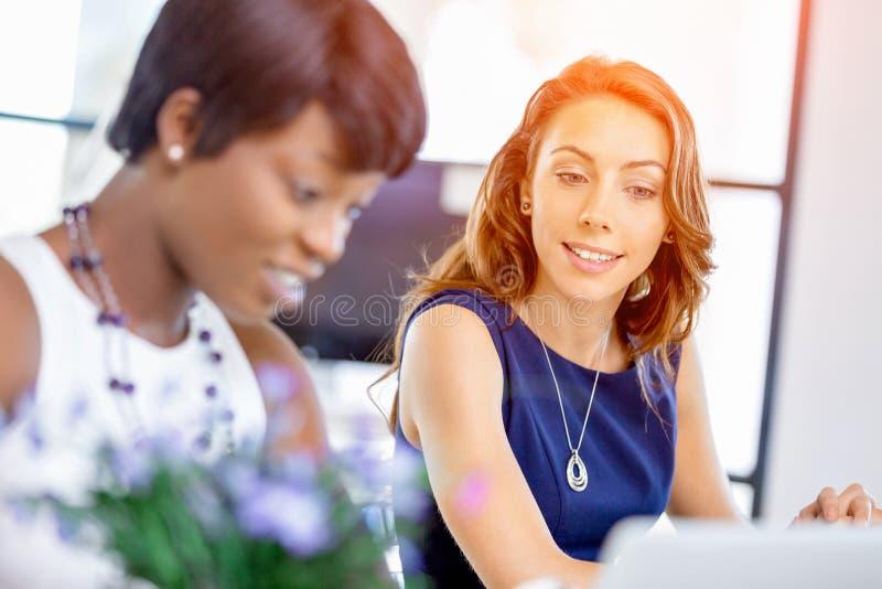 Download Kvinnor Som Tillsammans Arbetar, Kontorsinre Arkivfoto - Bild av kvinnlig, professionell: 78728622