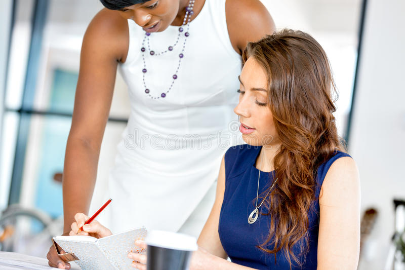 Download Kvinnor Som Tillsammans Arbetar, Kontorsinre Arkivfoto - Bild av affär, dator: 78728832