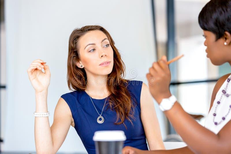 Download Kvinnor Som Tillsammans Arbetar, Kontorsinre Arkivfoto - Bild av lyckligt, kontor: 78729694