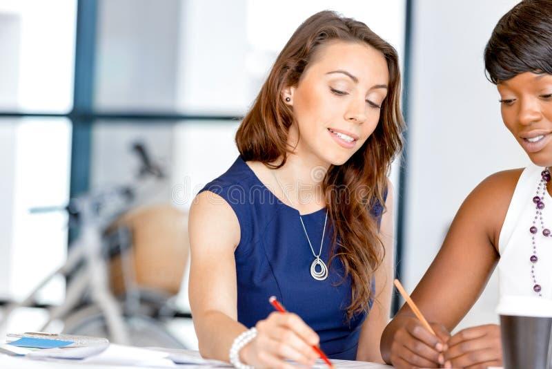 Download Kvinnor Som Tillsammans Arbetar, Kontorsinre Arkivfoto - Bild av samtal, affärskvinna: 78730306