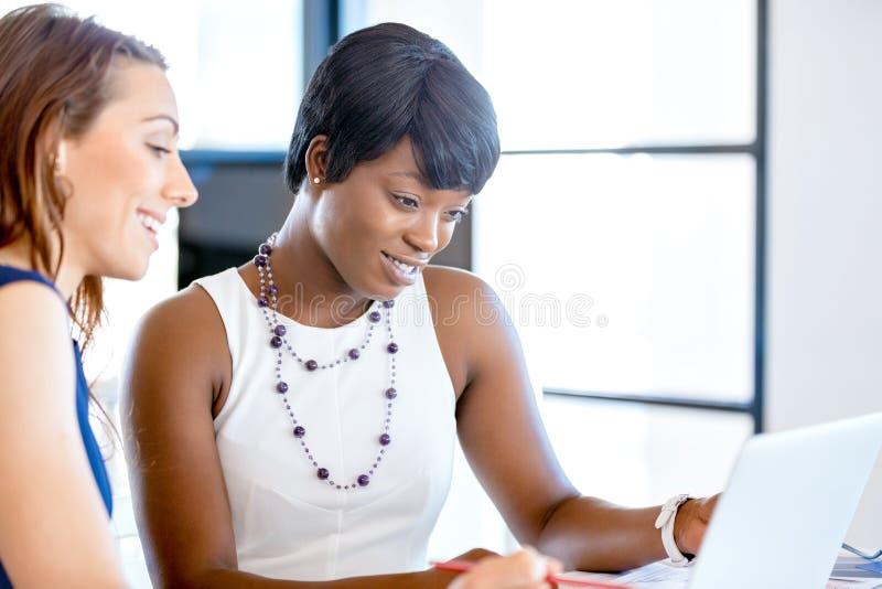 Download Kvinnor Som Tillsammans Arbetar, Kontorsinre Fotografering för Bildbyråer - Bild av tillfälligt, affärskvinna: 78731285