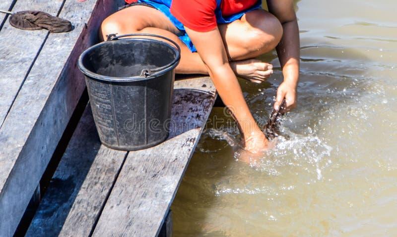 Kvinnor som tvättar kläder i floden arkivbild
