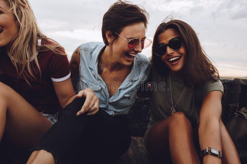 Kvinnor som tycker om en landsväg, rider i en pickup royaltyfria foton