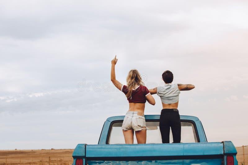 Kvinnor som tycker sig om på vägtur arkivfoton