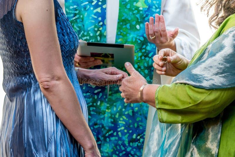 Kvinnor som utbyter brölloplöften royaltyfri foto
