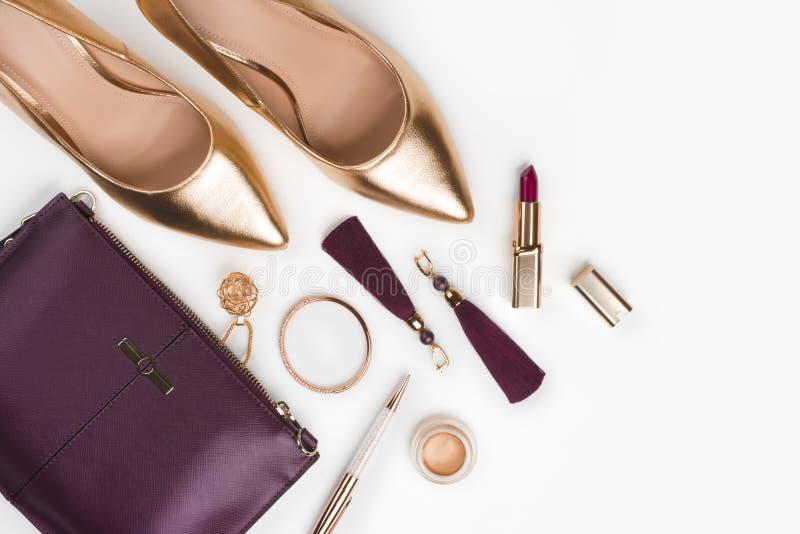 Kvinnor ställde in av modetillbehör i guld- och purpurfärgad färg royaltyfri bild