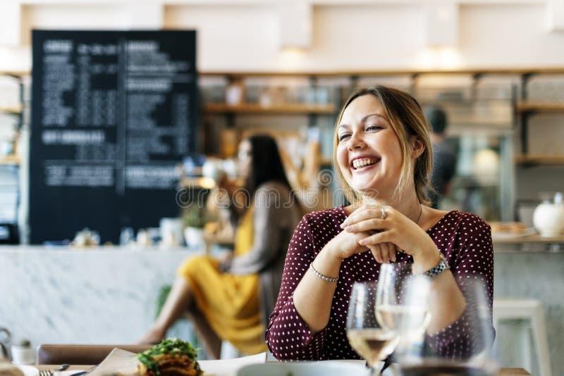 Kvinnor tycker om drinkklubbarestaurangen som ler begrepp arkivfoton