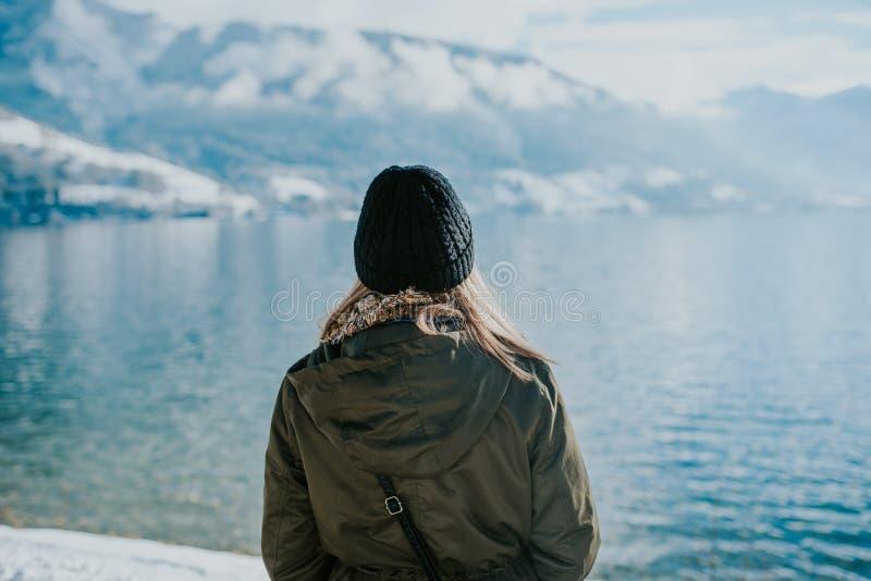 Kvinnor vid sjön i vintertid fotografering för bildbyråer