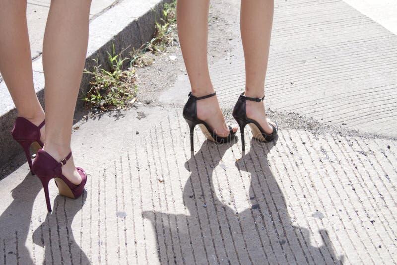 Kvinnors benvisning hennes skor för hög häl royaltyfria foton