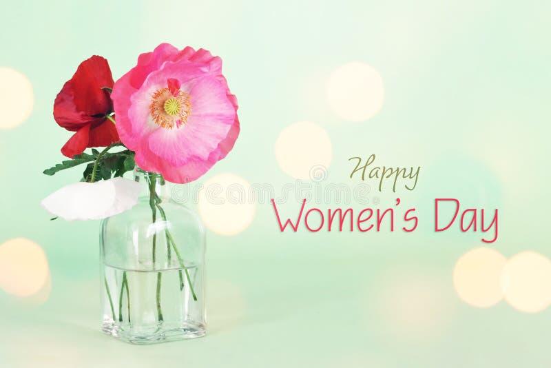 Kvinnors dagkort med vallmoblommor i vasen fotografering för bildbyråer