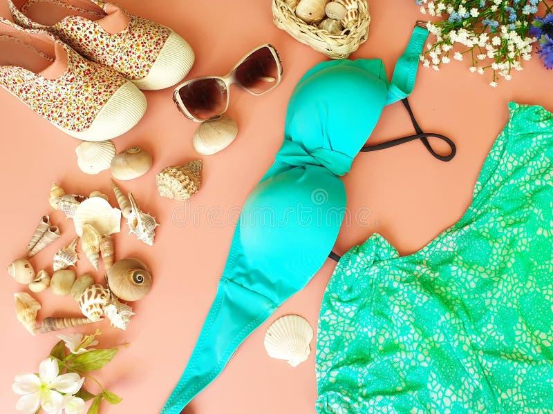 Kvinnors ferie för hav för sommar för strandtillbehör på sommar för tillbehör för mode för strand för bikini för kvinnor för hand royaltyfria foton