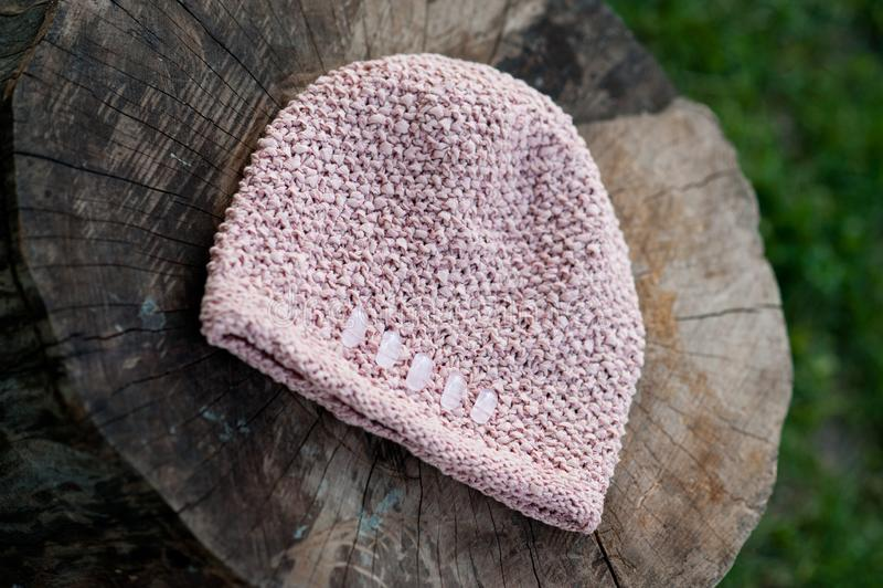 Kvinnors härliga varma woolen hatt med ett stort rät maskaskott i naturligt ljus royaltyfria foton