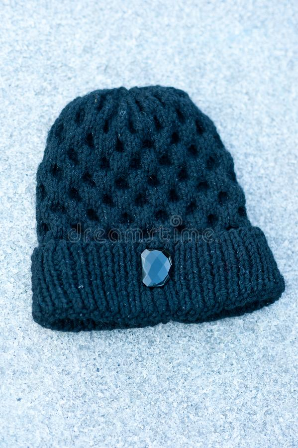 Kvinnors härliga varma woolen hatt med ett stort rät maskaskott i naturligt ljus arkivfoto