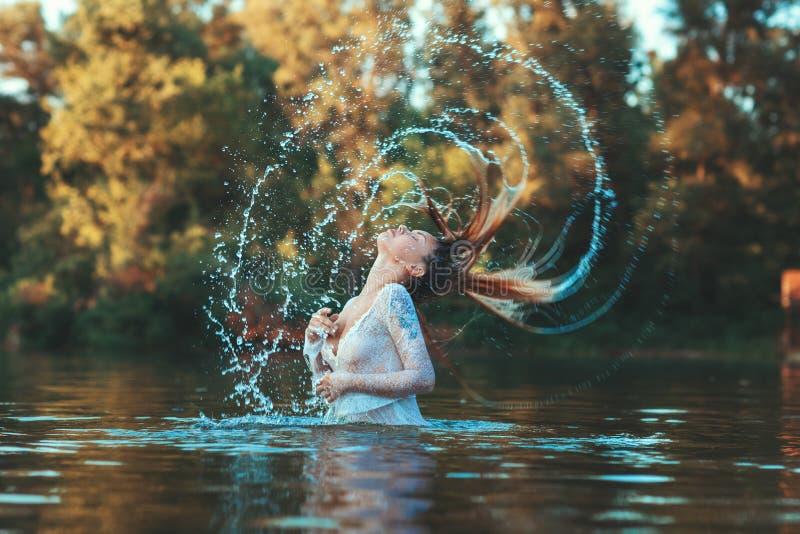 Kvinnors hår gör vattensprej arkivbild