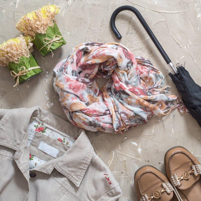 Kvinnors höstkläder Kvinnlig dräkt för höst Uppsättning av påsen, tillbehör - skor och halsduken på träbrun tabellbakgrund överka royaltyfri fotografi