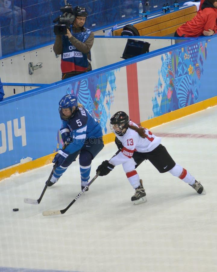 Kvinnors ishockeymatch Finland vs Schweiz royaltyfri bild