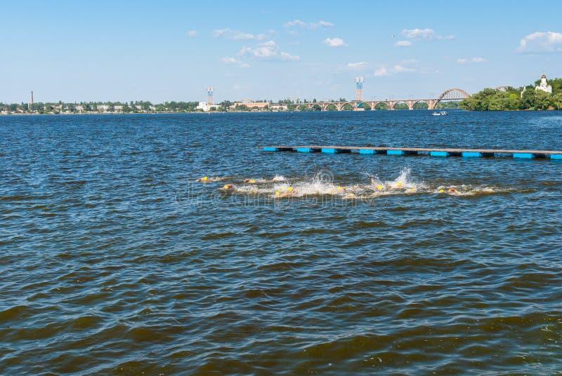 Kvinnors simningetappen under ukrainare öppnade triathlonmästerskap arkivbild