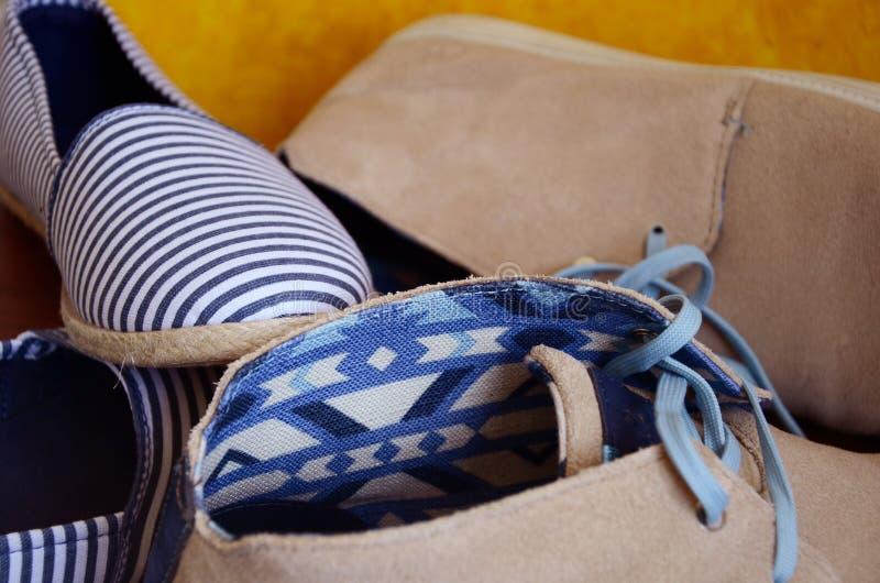 Kvinnors tyg och mäns läderskor royaltyfri fotografi