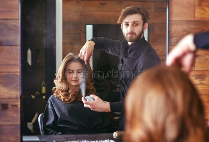 Kvinnors utforma för hår frisör skönhetsalong royaltyfri fotografi